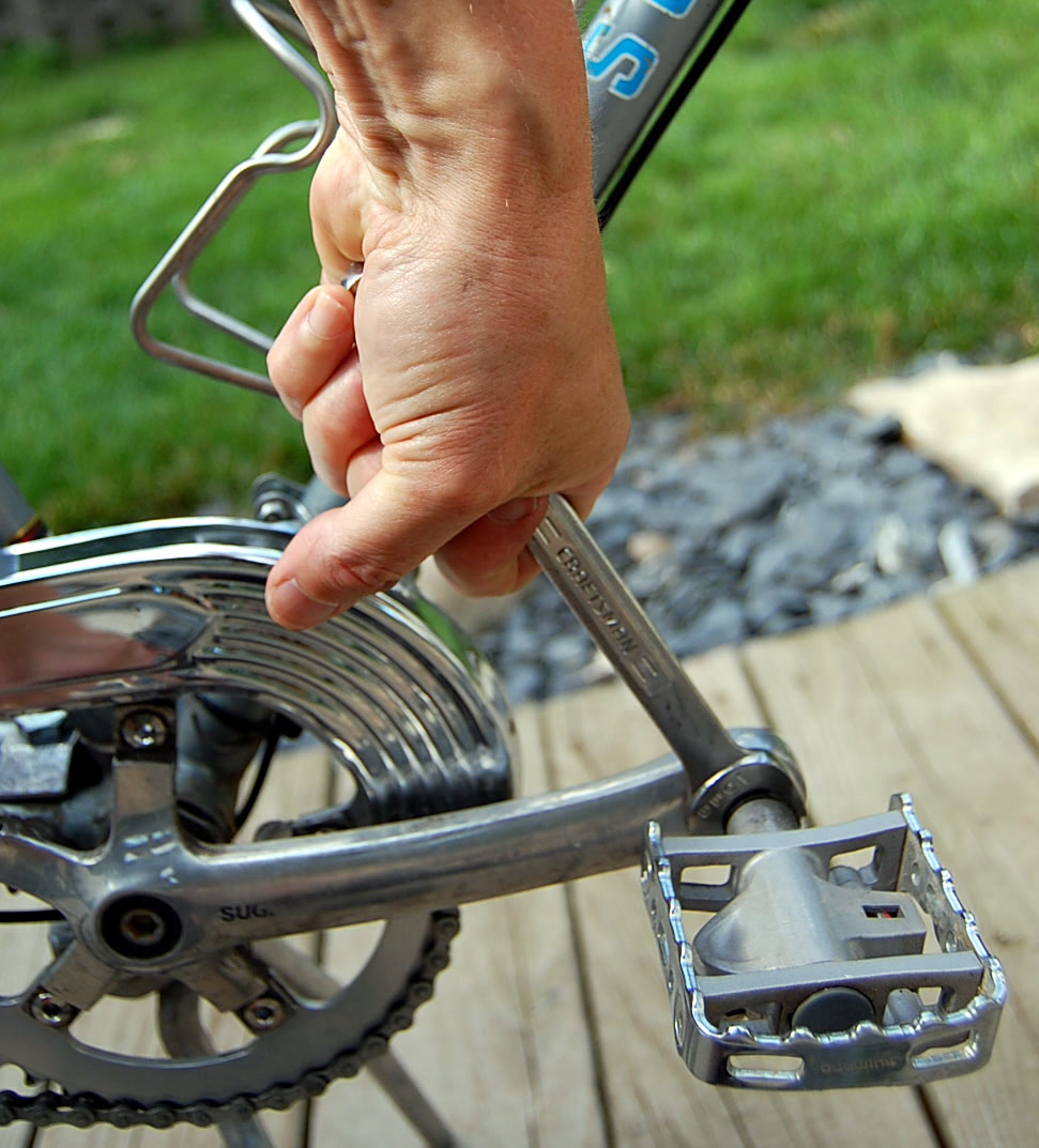 how to take the pedals off a bike